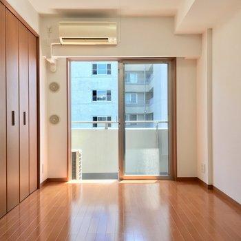 【4帖洋室】ブラウン基調で落ち着く空間※写真は3階の同間取り別部屋のものです