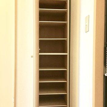 縦長のシューズボックス。※写真は3階同間取り・別部屋のものです