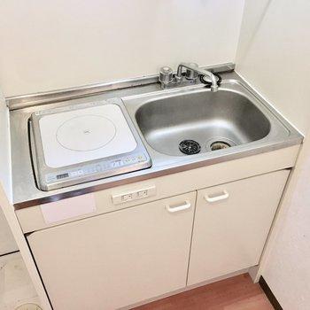 キッチンはとってもコンパクトサイズ。※写真は3階同間取り・別部屋のものです