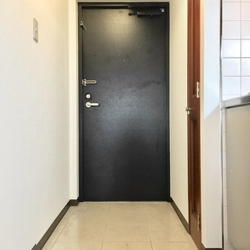 玄関はスッキリと。(※写真は3階の同間取り別部屋のものです)