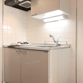 横には冷蔵庫スペースもありますよ。(※写真は3階の同間取り別部屋のものです)