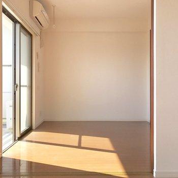 奥の壁寄せでベッドかな。(※写真は10階の反転間取り別部屋のものです)