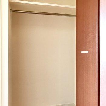玄関部分の収納。ここはなかなかの収納力!(※写真は10階の反転間取り別部屋のものです)