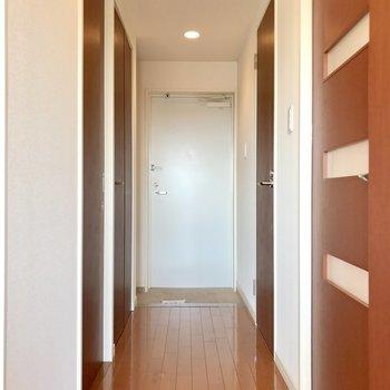 白いドアだから明るく感じられますね。(※写真は10階の反転間取り別部屋のものです)