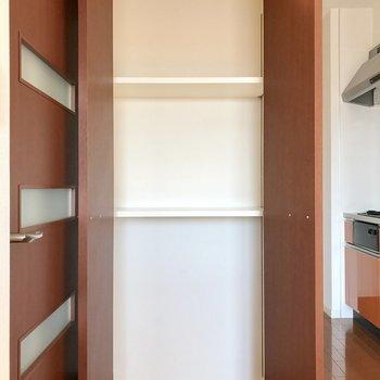 キッチン横にも収納。調味料などのストックにちょうどいいね!(※写真は10階の反転間取り別部屋のものです)