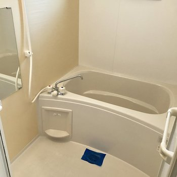 バスルームはシンプル。窓付きは嬉しい!(※写真は10階の反転間取り別部屋のものです)