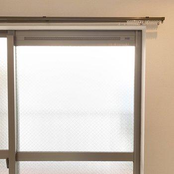 掃き出し窓は磨りガラスです。