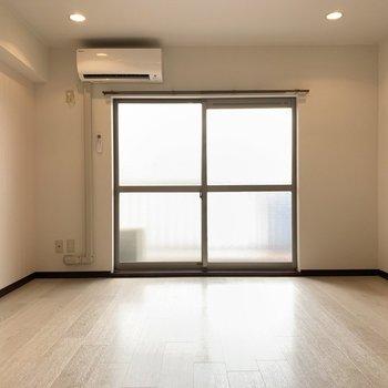 大型リフォームでキレイな室内。ダウンライトが良いですね。