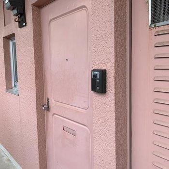 玄関のドアもピンク。なんだか似たドアを知っている気がします。