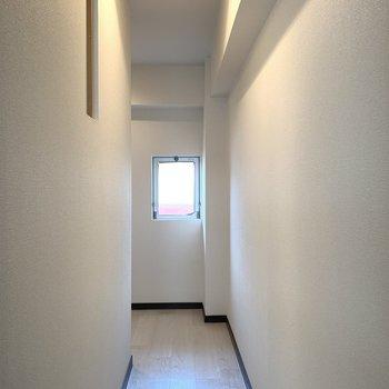 こちらは廊下。水回り側と共用廊下側にそれぞれ窓があります。
