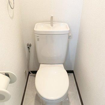 洗面化粧台から振り返るとトイレが。ひとつながりの空間です。