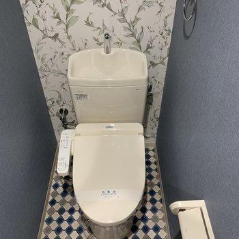 トイレはガラッと印象の違う空間に。床がかわいすぎます!