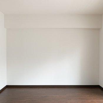 西面は真っ白なシンプルな壁。