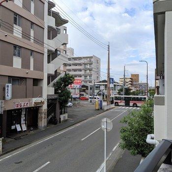 バスが通る大通りから少し中に入ってます。