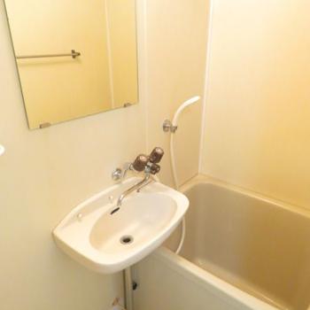 ひねる蛇口だけど湯はり機能あるので問題なし。浴槽はコンパクトです。