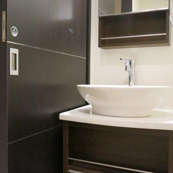 まあるい洗面台がスタイリッシュ!(※写真は3階の同間取り別部屋、モデルルームのものです)