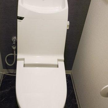 トイレもシンプルながらスマートですね!(※写真は3階の同間取り別部屋、モデルルームのものです)