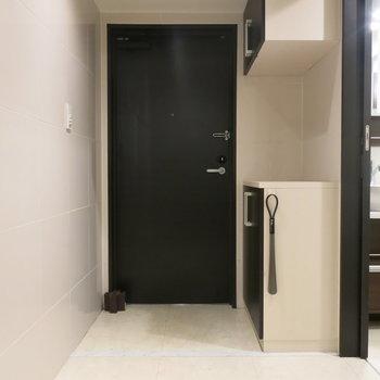 玄関前のスペースは割りと広めです!(※写真は3階の同間取り別部屋、モデルルームのものです)
