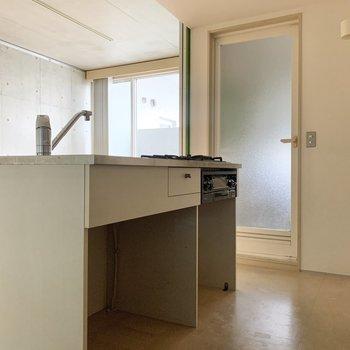 キッチン下には、小さめの棚が置けそうです