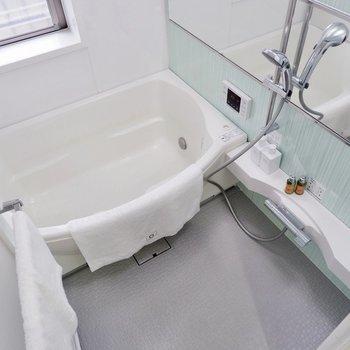 バスタブゆったり。清潔感のある浴室。※家具・雑貨はサンプルです