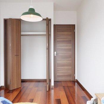 クローゼットは1〜2人分くらいのボリューム。※家具・雑貨はサンプルです