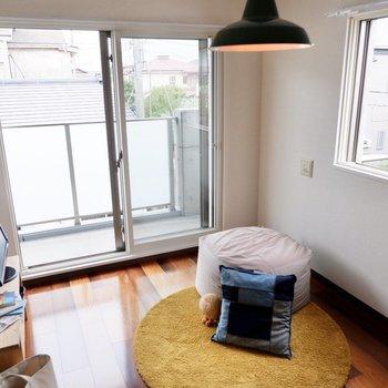 こちらも二面採光。テラスハウスって、いいですね。※家具・雑貨はサンプルです