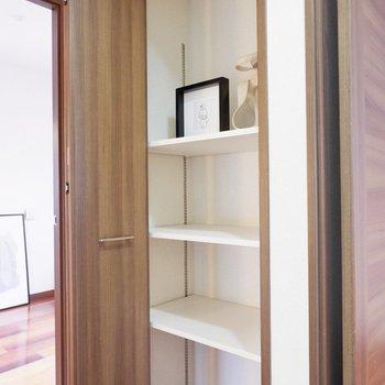 階段を上ったところに、再び収納。日常的に使わない様なものはこちらにしまっておけそうです。※家具・雑貨はサンプルです