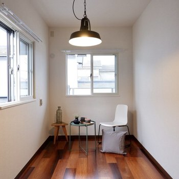 縦長のお部屋、ダブルベッドがすっぽりかな、くらいのサイズ感です。※家具・雑貨はサンプルです