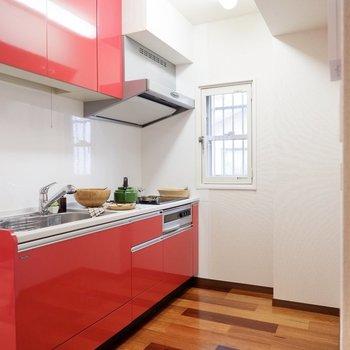 キッチンは、デザインもさることながら、その広さや機能にも注目です。※家具・雑貨はサンプルです