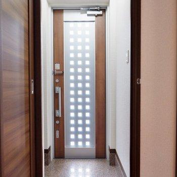 扉にガラスがしつらえられているので、玄関は明るく開放的。