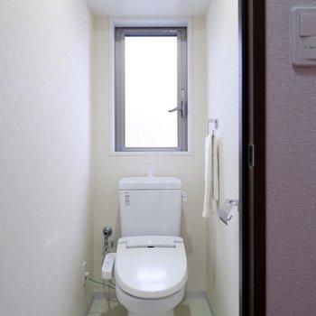 2階にもトイレがありますよ。※家具・雑貨はサンプルです