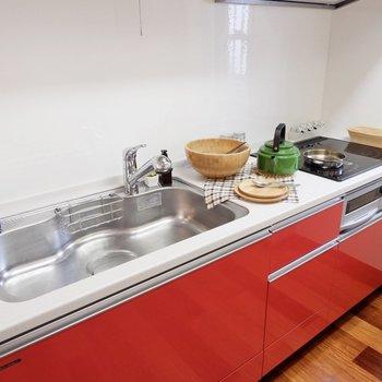 3口のIHにゆったりとした調理スペース。朝の忙しい時間帯のためにも、コンロの口数は大事ですよね。※家具・雑貨はサンプルです
