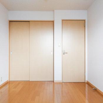 【洋室6.6帖】シンプルな空間。グレーなどの寝具が合いそう。