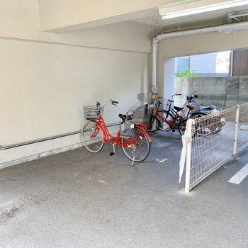駐車場奥に駐輪場。
