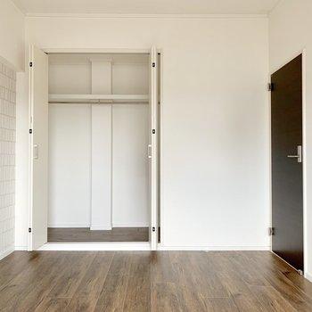 洋室は白基調。