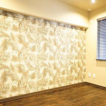 洋室の壁はなんだか南国風!ラタン製の家具を置いてリゾートっぽく