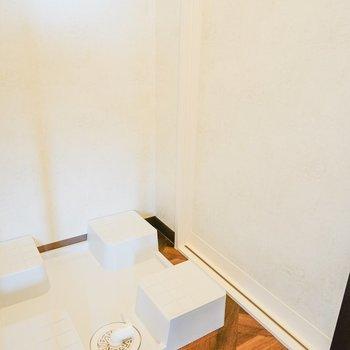 トイレ横に洗濯機置場があります