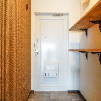 玄関は少し広め。そしてルイヴィトンっぽいオシャレ壁