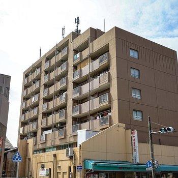 1階には地元で有名なスーパーがあるマンションです