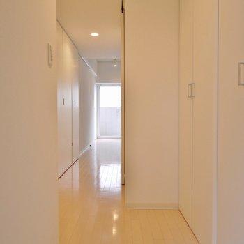 こちらが玄関スペースになります。※写真は、同じタイプの713号室。