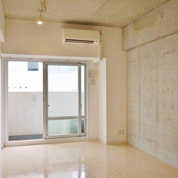 コンクリート打ちっぱなしで、とってもスマート。※写真は、同じタイプの713号室。
