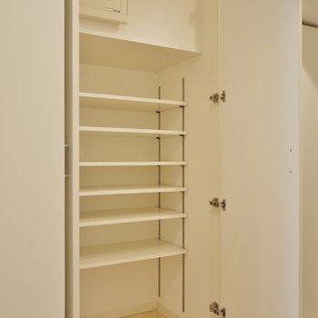 シューズBOXは大容量。※写真は、同じタイプの713号室。