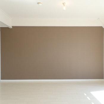 壁紙は濃いブラウンです。