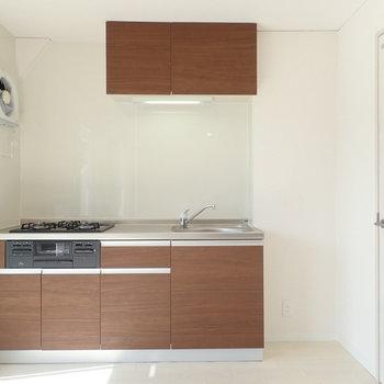 立派なキッチン。右に冷蔵庫を。