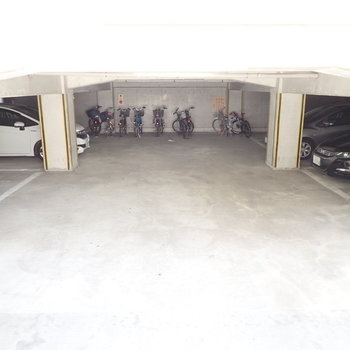 地下に駐輪場と駐車場です。