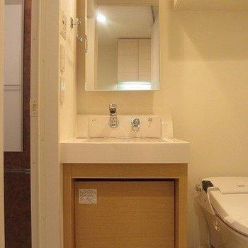 独立洗面台ピカピカ!※写真は8階の反転間取り別部屋のものです
