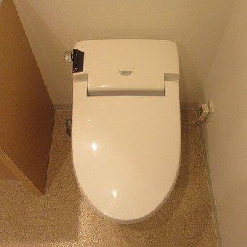 スマートなトイレ。※写真は8階の反転間取り別部屋のものです