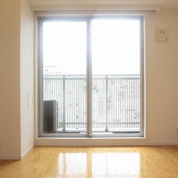 光が差し込みます。※写真は8階の反転間取り別部屋のものです
