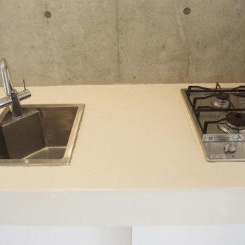 キッチンは2口ガスコンロ!(※写真は8階の同間取り別部屋のものです)