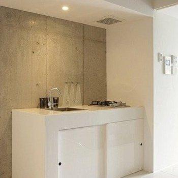 キッチンはシンプルに決めた白(※写真は8階の同間取り別部屋のものです)